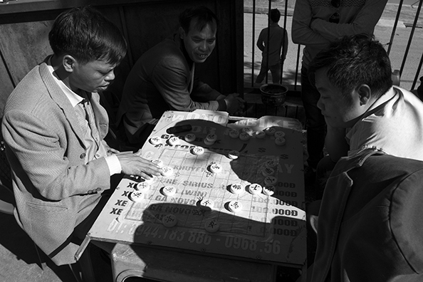 michael coyne documentary photographer and photojournalist: Chinese chess - Vietnam