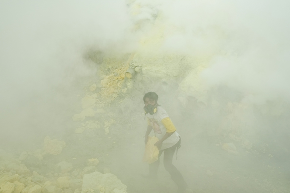 michael coyne documentary photographer and photojournalist: Sulfur miner - Indonesia