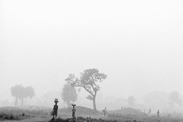 Early morning in the mist - Uganda : michael coyne documentary photographer and photojournalist